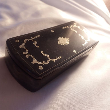 Snuff boxes, pill boxes, trinkets etc.