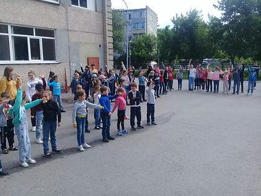 зарядка в школьном лагере