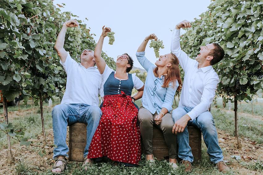 Alle essen Weintrauben.jpg