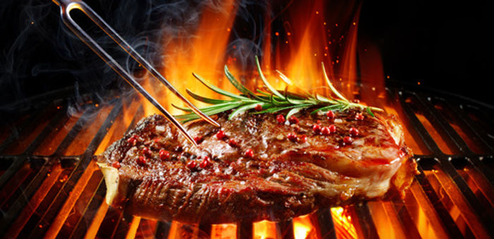 Saftiges Steak auf Edelstahl-Grill.