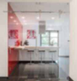 Trennung der Küche durch Premium-Schiebetürsystem Chronos von MWE