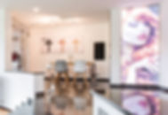 Treppe von Wohnbereich zum modernen Esstisch mit edlen Edelstahlelementen