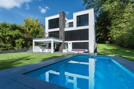 Haus im Bauhaus-Stil mit Swimminpool