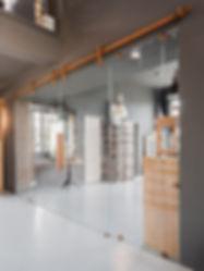 Livicon Ausstellung: Steampunk trifft industrielle Eleganz! Hochmoderne Schiebetürsysteme von MWE Edelstahlmanufaktur