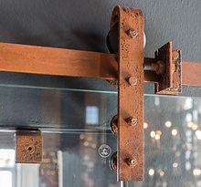 Detailansicht Schiebetürbeschlag aus rustikalem Stahl