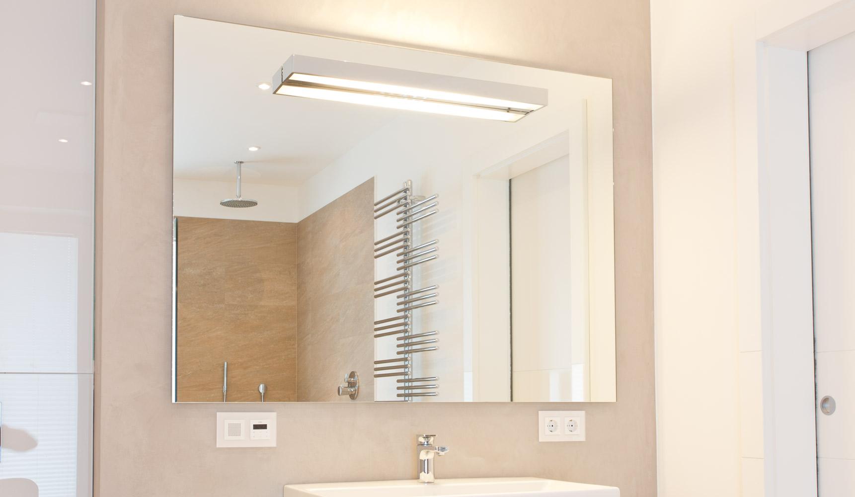 Spiegel mit integriertem Licht