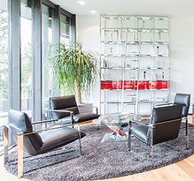 Einladender Wohnbereich mit Sitzecke und Modulystem Dreamwall mt viel Stauraum