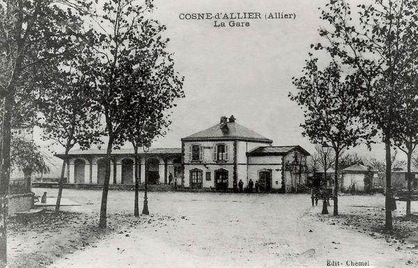 """L'ancienne gare du """"tacot"""" à Cosne d'Allier avant 1950"""