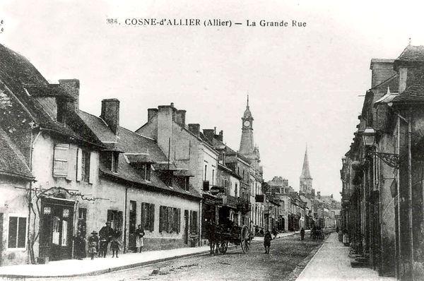 le bas de la grand rue et la mairie dans l'entre deux guerres à Cosne d'Allier