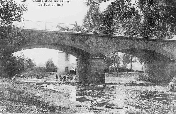 Les lavandières au pont sur l'Aumance à Cosne d'Allier