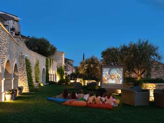 Кинотеатр у бассейна под открытым небом в отеле La Bastide de Gordes, Прованс, Франция