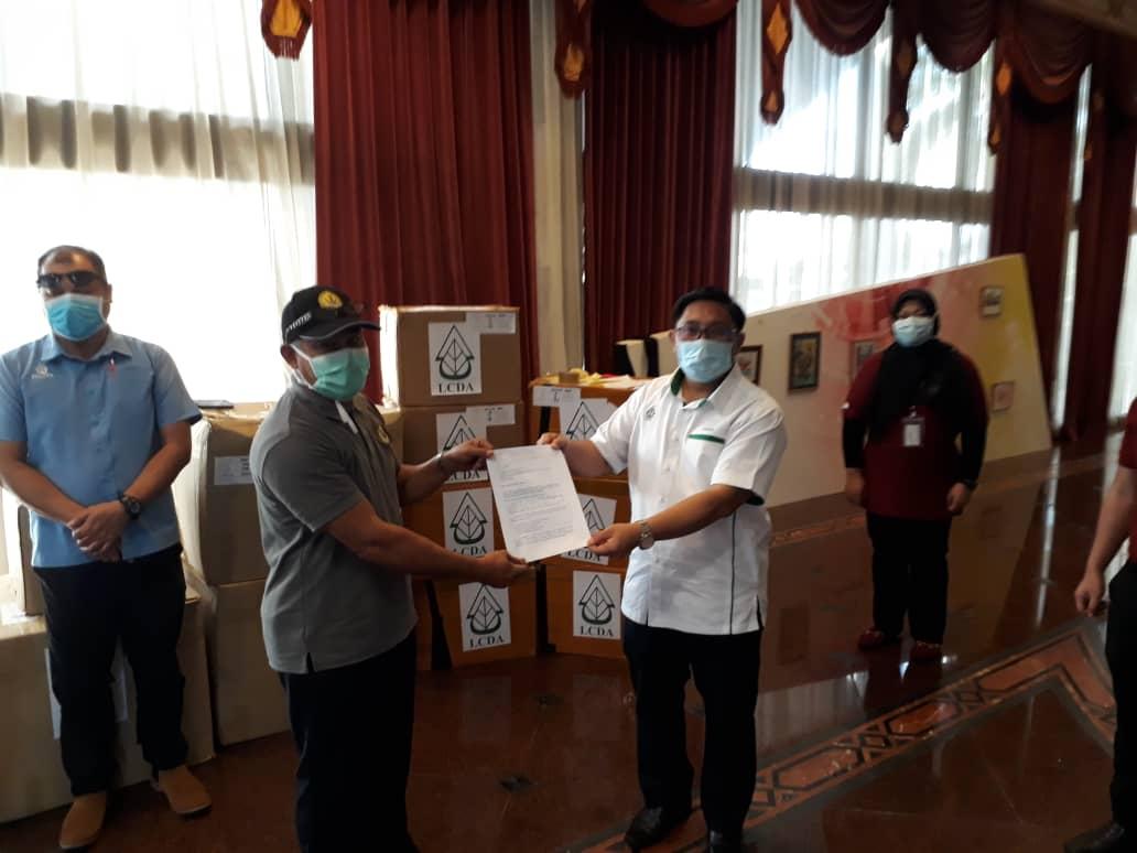PENYERAHAN PERALATAN PPE DARI LCDA KEPADA JAWATANKUASA PENGURUSAN BENCANA NEGERI