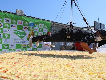 Apil/RS quebra recorde de maior pizza do Brasil durante a Expointer