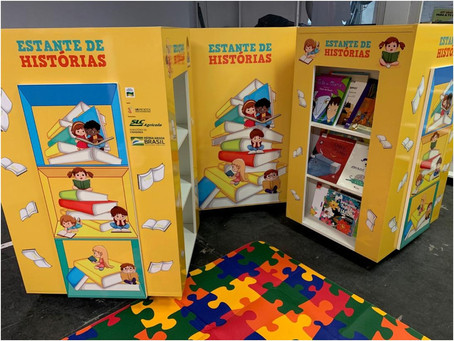 Casa de Apoio Madre Ana recebe estante com livros infantis