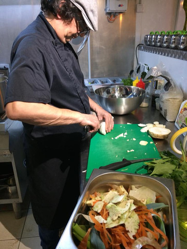 Philippe Brossard à l'épluchage des légumes