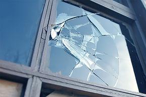 vitre cassé sur chassis bois