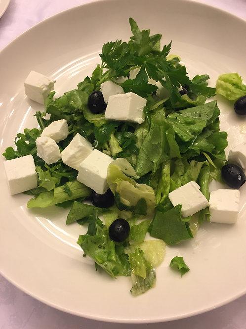 Листья салата с молодым сыром и оливками