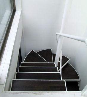 白と黒の回り階段