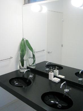 真っ黒な洗面カウンター