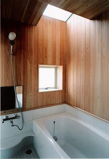 木板貼りの浴室