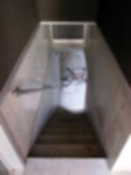 地下へおりる階段