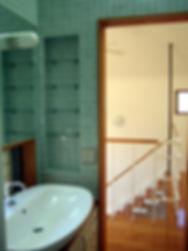 ガラスタイルの洗面所