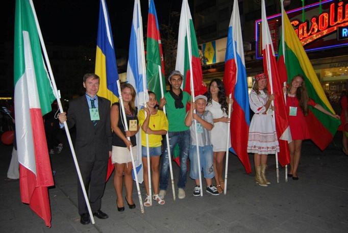 """Partecipanti al Festival Internazionale """"ORFEO IN ITALIA"""" 9^ edizione prima della sfilata"""