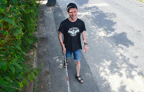 Billede af blind person der går med NaviBlind