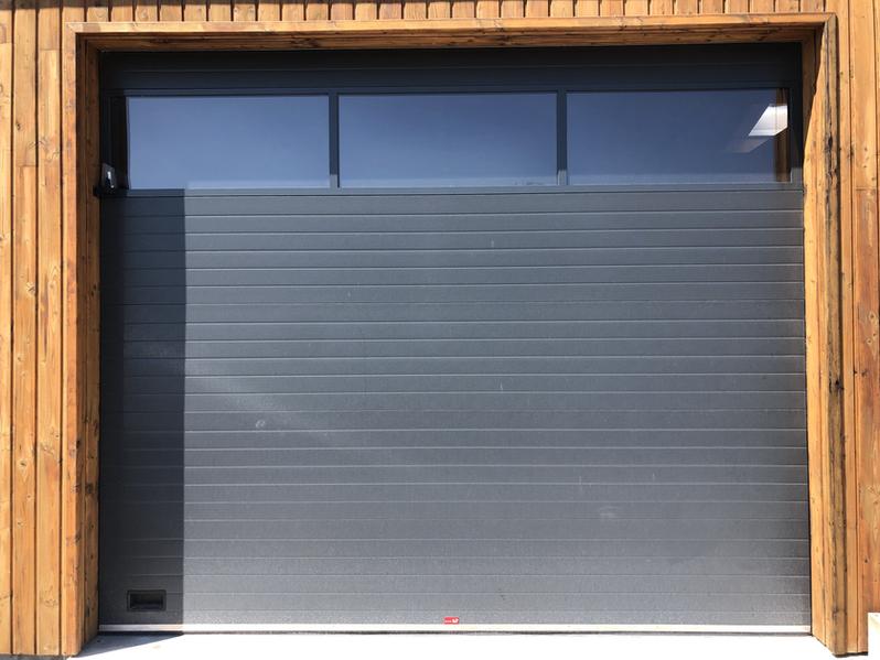 Porte de garage sectionnelle motorisé.
