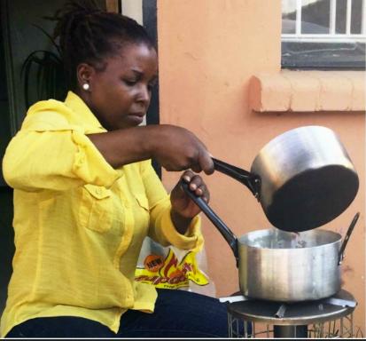 Pelletsspisen testas här av Grace Mwanza, säljare på Emerging Cooking Solutions i Zambia. Foto: Per Löfberg