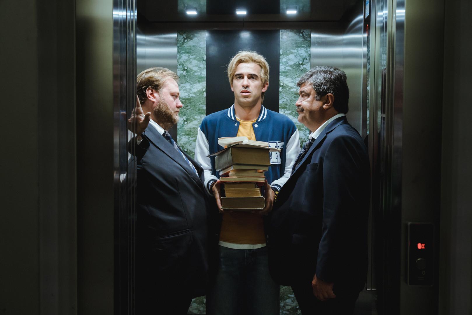Foto di scena con Stefano Fresi, Jacopo Cullin, Francesco Pannofino