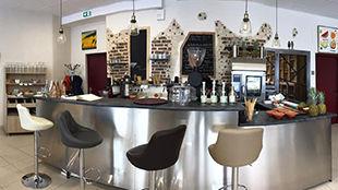 A l'Atelier du jus on peut se restaurer avec des produits locaux et bio, boire un verre ou un café, acheter des produits locaux, profiter du coin bibliothèque et même réserver un espace pour un rdv, une réunion !
