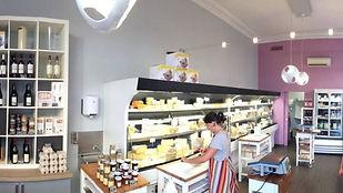 Cécile et Nina vous accueillent dans leur boutique pour vous présenter leur sélection de fromages fermiers et artisanaux frais ou affinés