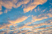 laranja-nubla-se-o-fundo-céu-azul-no-por