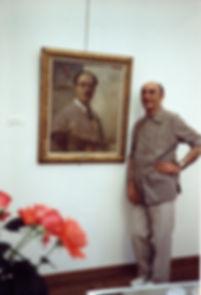 Henry Simon devant l'autoportrait d'ATAMIAN lors de l'exposition de 1986.