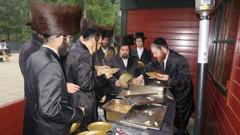Ultra-orthodoxe Juden lachen mit Covid-19