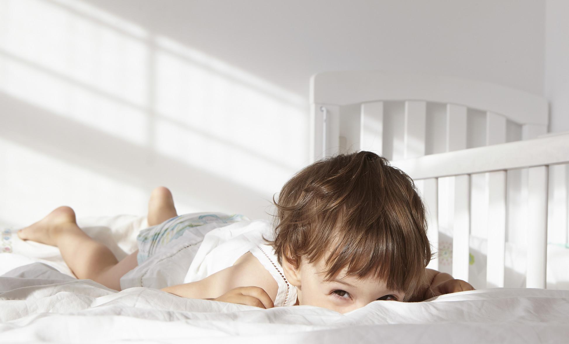 Tout-petit Peeking sur un lit Quilt2