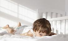 Criança que espreita sobre a cama Quilt2