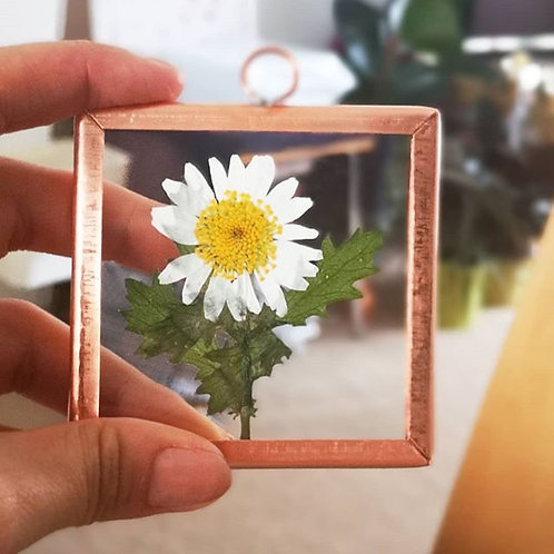 Favour with pressed flowers