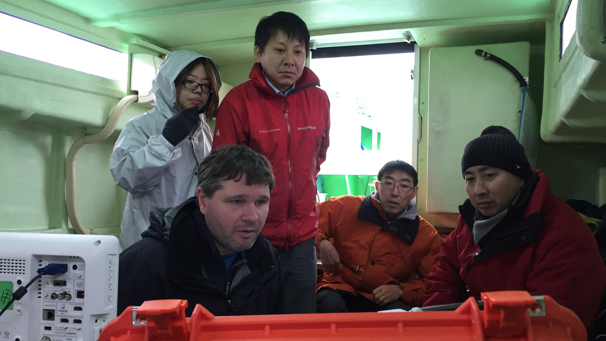 Brian Moore, BioSonics Chief Scientist, teaching the team from Toyo how to operate a DT-X Extreme Echosounder