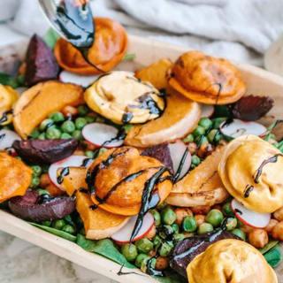 Geroosterde pompoen salade met Davai Dumplings