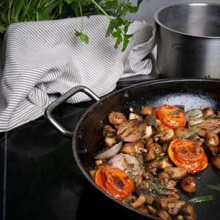 Pittige eenpansschotel met champignon