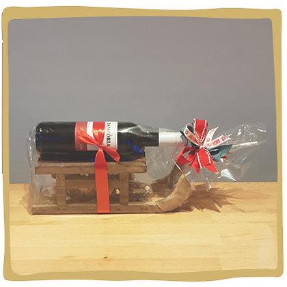 Houten slee met rode wijn