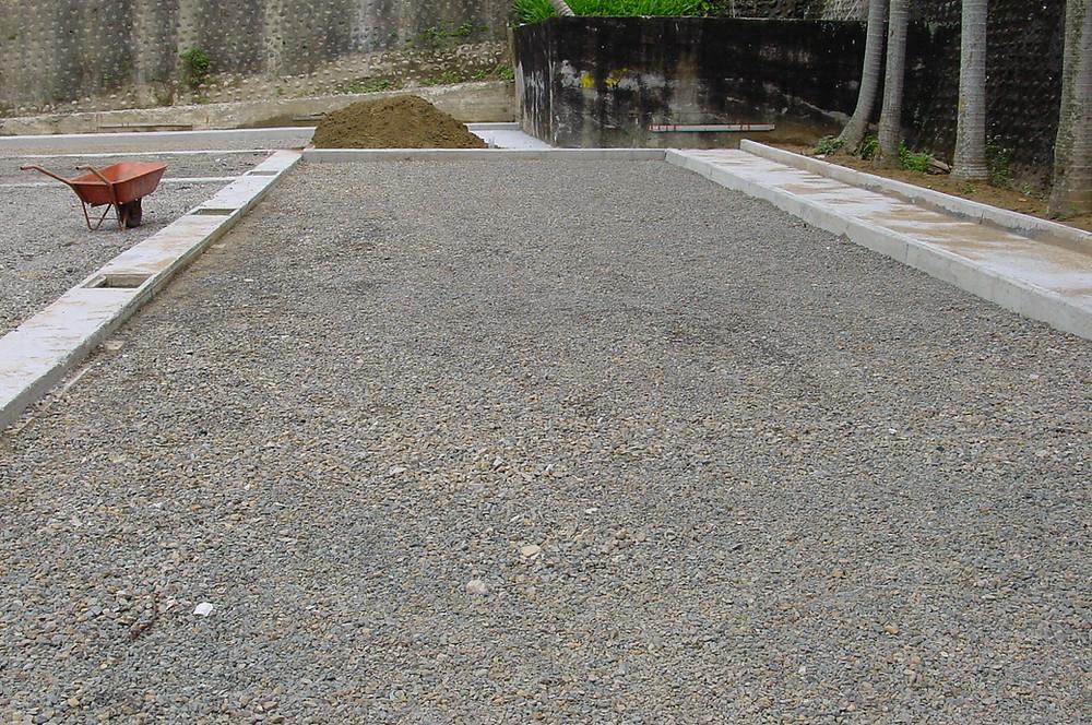 1.先將現場整平後,鋪上1cm的碎石