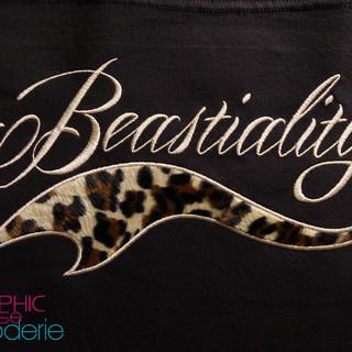Motif-brode-lettrage-tattoo-et-fourrure-