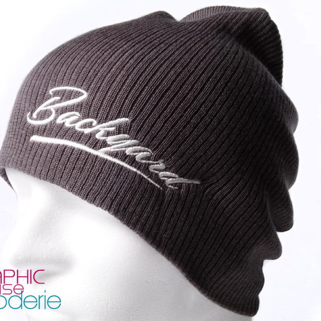 Broderie-sur-bonnet-Logo-Backyard-02.jpg