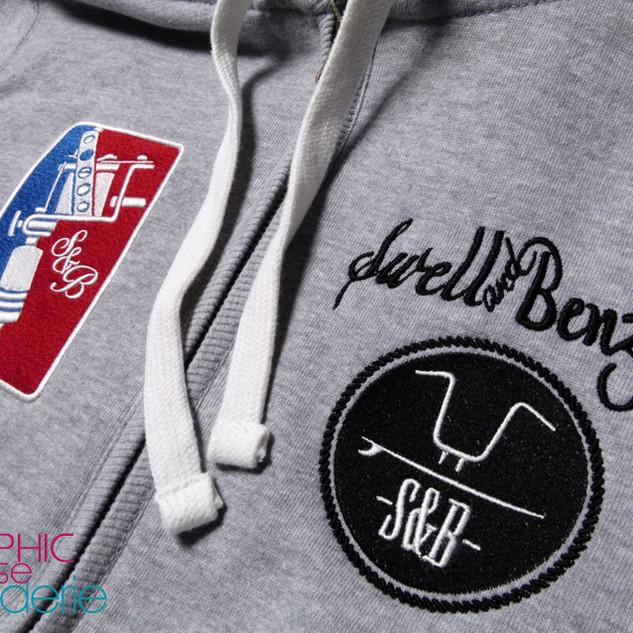 Broderie-sur-veste-capuche-fouree---Logo