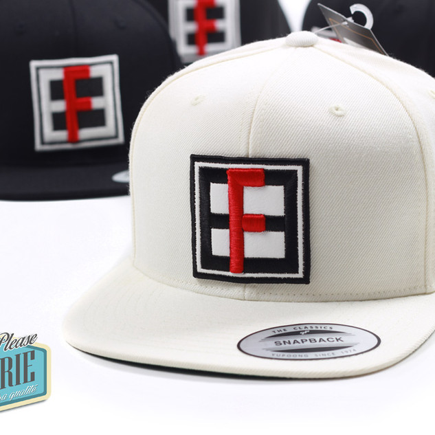 Casquette-snapback-Yupoong-ecusson-brodé