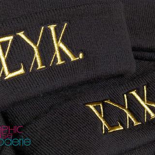 Bonnets-brodés-couleur-or-pour-la-marque