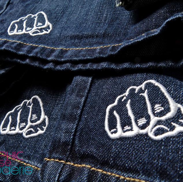 Broderie-sur-short-en-Jean---Logo-poing-